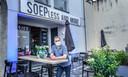 Sylvain Bruneel van Soep less and more  in de Zandstraat 1 a op de Appel. Waar er nu ook vooraan een terras staan, ondanks ingrijpende werken voor een tunnel op het kruispunt Appel
