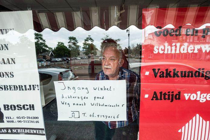 """Han Bosch (68) stopt met zijn levenswerk: zijn winkelpand is verkocht, er komen appartementen in het gebouw aan de Oudestraat in Neede. """"Ja, ik heb het daar wel moeilijk mee."""""""