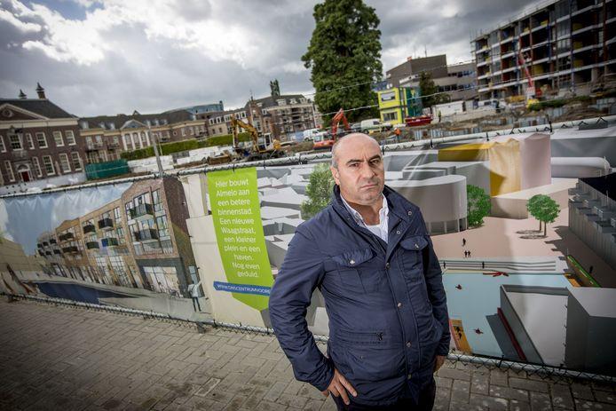 Ondernemer Yusuf Kangus in 2017. Zijn vlaaienwinkel moest wijken voor de havenkom in hartje Almelo.