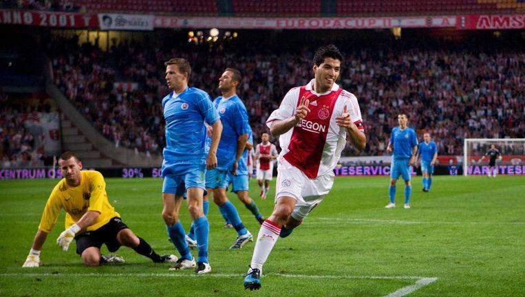 Luis Suárez scoort voor Ajax tegen Bratislava, 20 september 2009. Beeld Guus Dubbelman / de Volkskrant