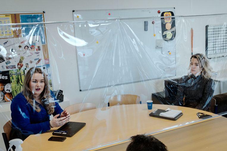 Dominique Hoekstra (links) en RoosBrienen van het ondersteuningsteam voor leerlingen. Beeld Merlin Daleman