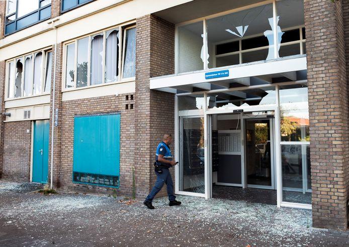 De ruiten van woningen in de omgeving zijn er door de explosie uitgeblazen.