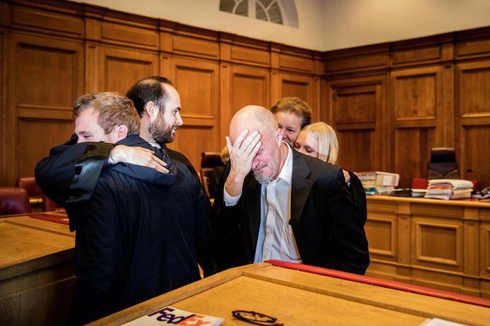Na de uitspraak barst de Brakelse spoedarts in tranen uit. Zijn advocaten glunderen van geluk.