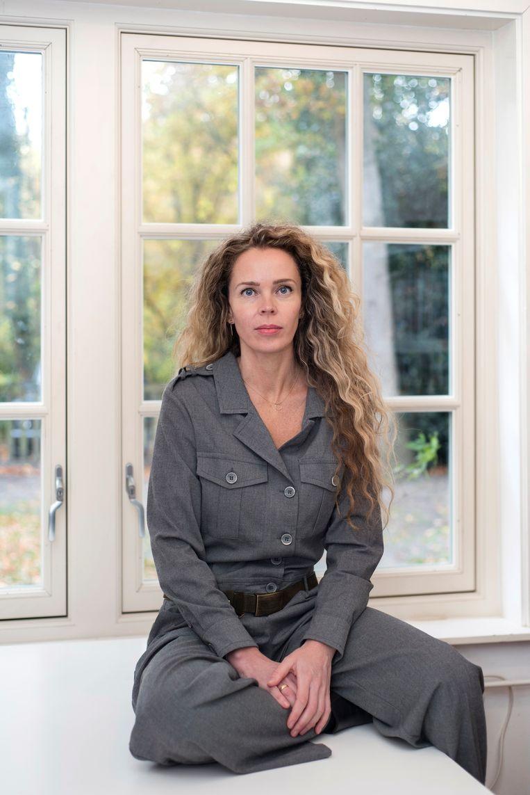 19 november 2018. Roxane van Iperen in haar werkkamer in 't Hooge Nest in Naarden. Beeld Els Zweerink