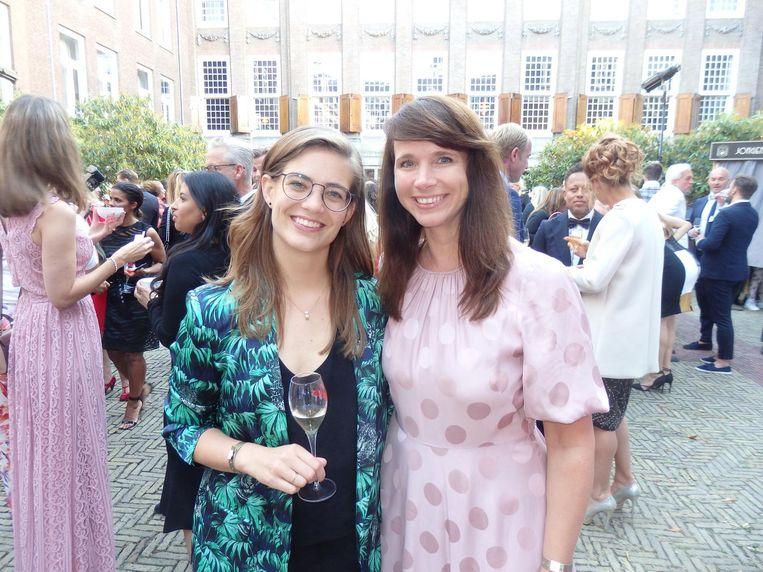 Cocktailkoningin Tess Posthumus, genomineerd voor Nieuwkomer, en haar vriendin Annica Peeters (VPRO): 'Spannend. Ik heb Tess twee keer moeten bijbrengen.' Beeld Schuim
