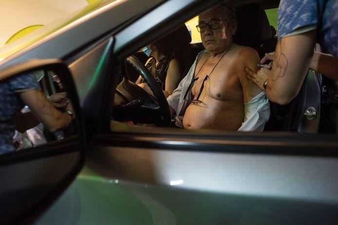 Chili is het enige land in Latijns-Amerika waar de vaccinatie tegen Covid-19 gezwind verloopt. Maar ook dit land wordt getroffen door fraude en schaamteloos voordringen van de elite bij vaccinaties. (Foto Claudio Santana/Getty Images)