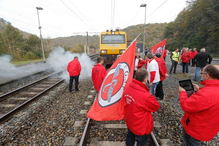 Protestactie van werknemers tijdens de lancering van de eerste ETCS gisteren. Beeld BELGA