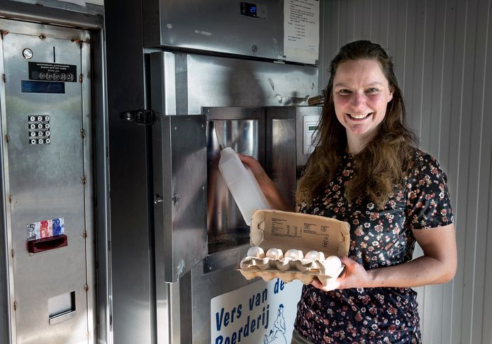 Boerin Marije Klever heeft een melktap en eierautomaat voor passanten in polder Rijnenburg aan de Meerndijk. De automaten zijn al diverse keren opengebroken.
