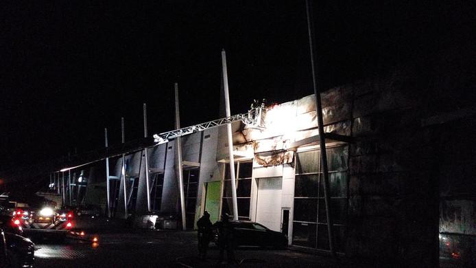 Het dak van de Volvo-garage in Goes is beschadigd.