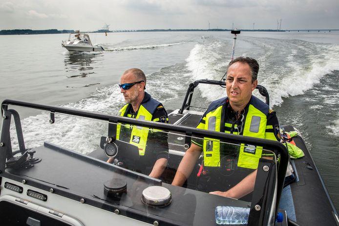 De politie houdt op het Hollands Diep een controle op geldige vaarbewijzen.