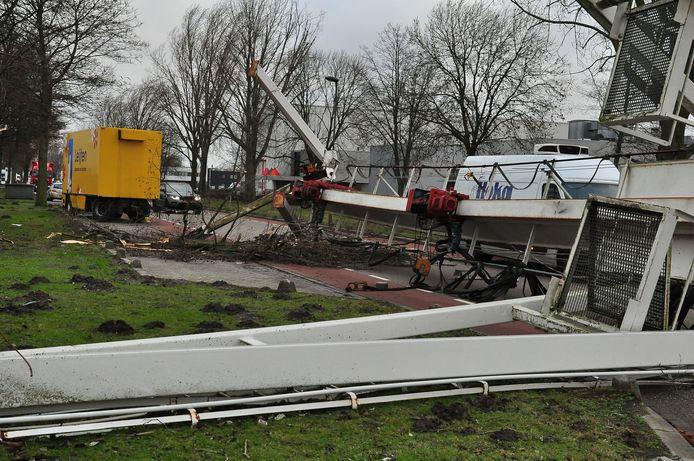 De omwaaide kraan in Waalwijk.