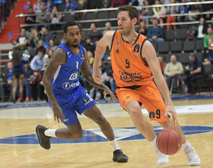 Van Rossom (hier in oranje) in actie voor zijn club Valencia.