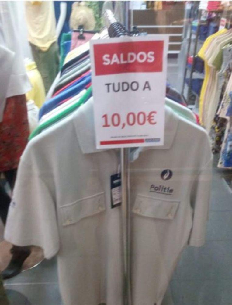 Voor 10 euro in de aanbieding in Portugal: een polo van de Belgische politie.