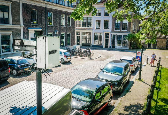 De camera bij het Grotekerksplein. Achterin is de bocht waar automobilisten na parkeren vaak omkeren en daardoor dus de zone inrijden.