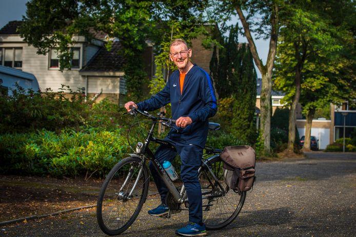 Op de fiets gaat Jan van der Zande naar de startplaatsen van hardloopwedstrijden in de regio. Na 5 kilometer hardlopen trekt de Oldenzaler droge kleren aan en fiets weer naar huis.