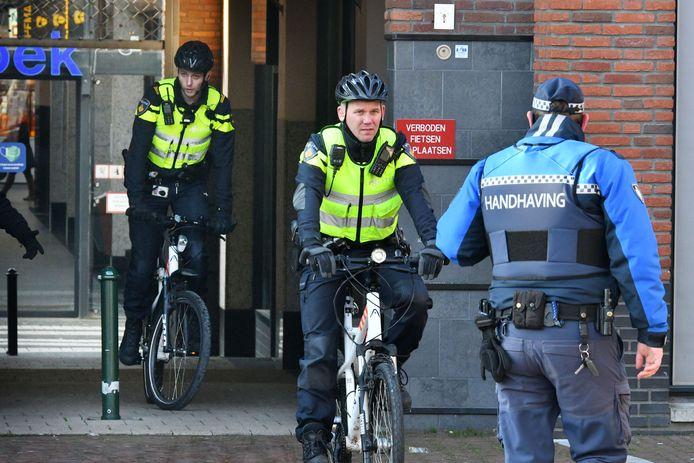 De politie stond paraat om in te grijpen, maar hoefde nauwelijks in actie te komen.