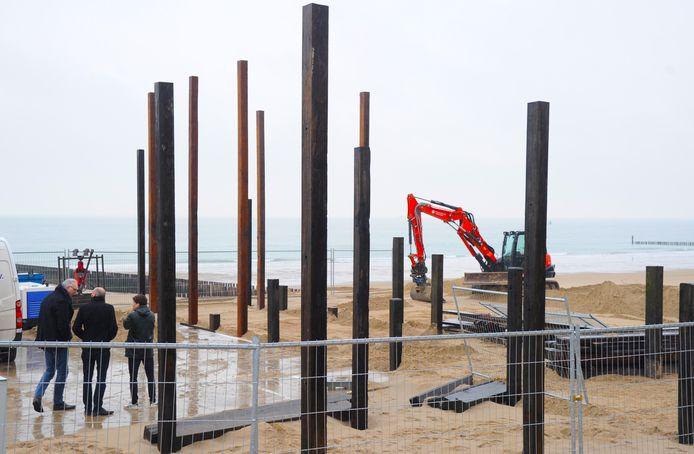 Architect Ro Koster (l) overlegt met Tim Wouters en zijn medewerker Martin van Overveld (r) over de bouw van de nieuwe strandpost bij Dishoek