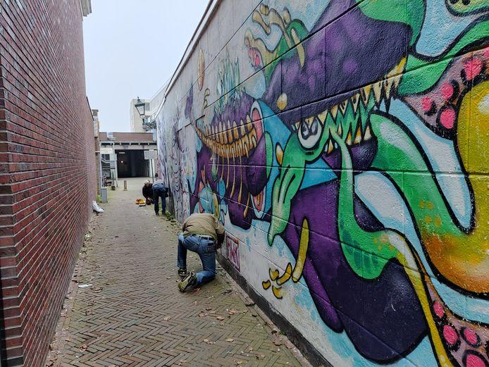 Voorbereidingen voor het vervangen van het omstreden kunstwerk in de Samuel Aardewerksteeg in Alphen.