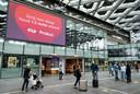 Een oproep om 1,5 meter afstand te houden op Den Haag Centraal Station. Ruim een kwart van de reizigers klaagt er volgens reizigersvereniging Rover over dat medereizigers geen mondkapje dragen of op een onjuiste manier.