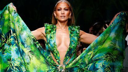 Jennifer Lopez sluit Versace-show af in iconische groene jurk waarmee ze mode voor altijd veranderde