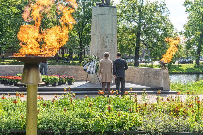 De door corona sobere Dodenherdenking van vorig jaar in Zwolle. Ook dit jaar zijn de herdenkingen door corona anders dan anders. Je kunt wel virtueel een bloemetje leggen bij een oorlogsmonument.