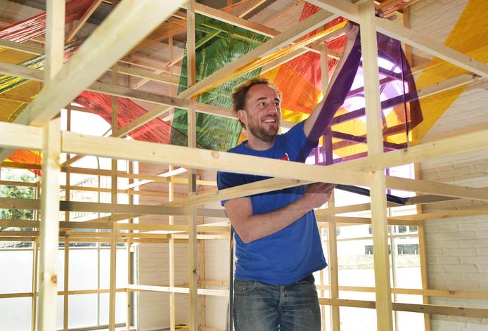 Kunstenaar Willem Besselink druk bezig in de Bewaerschole.