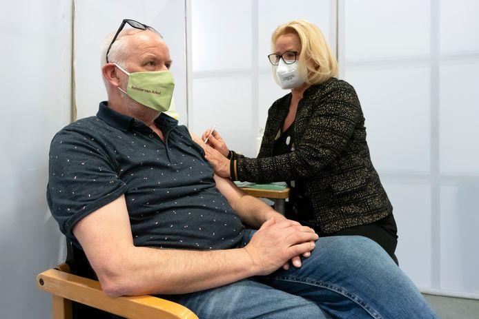 Verpleegkundige Jan Biekens kreeg als één van de eerste medewerkers van Reinier van Arkel een coronaprik.
