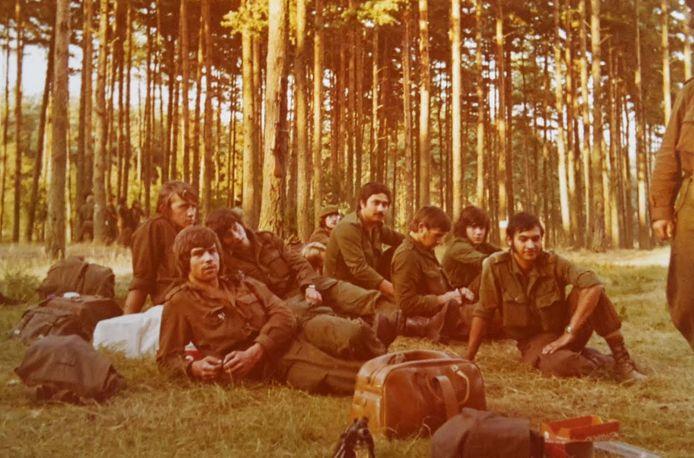 Henk Dubbelman uit Wagenberg (links achterin) als onderdeel van de Genie in Vught en Oirschot, begin jaren 70.