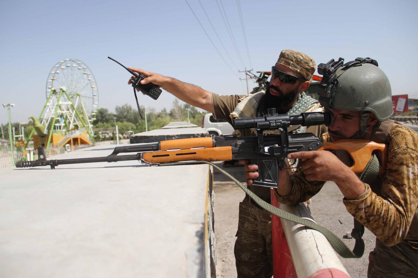 Afghaanse troepen houden wacht bij een checkpoint in Herat, Afghanistan. (EPA/Jalil Rezayee)