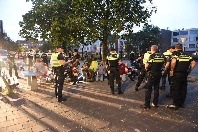 Agenten hebben een groep jongeren bijeen gedreven op de Oranjerivierdreef in Overvecht