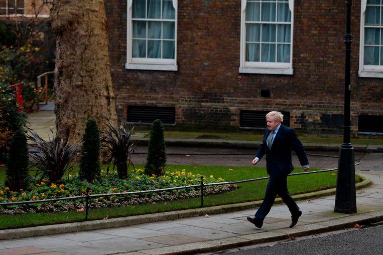 Boris Johnson komt aan in Downing Street in Londen na zijn bezoek aan de Queen  Beeld AFP