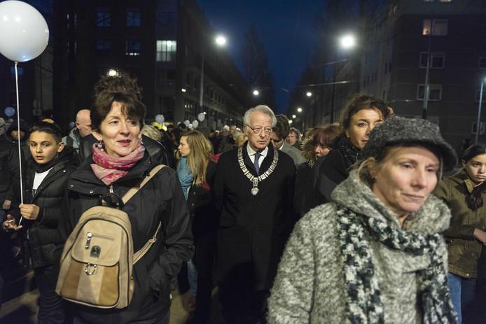 Waarnemend burgemeester Jozias van Aartsen loopt mee in de stille tocht ter nagedachtenis aan de doodgeschoten 17-jarige Mohammed Bouchikhi