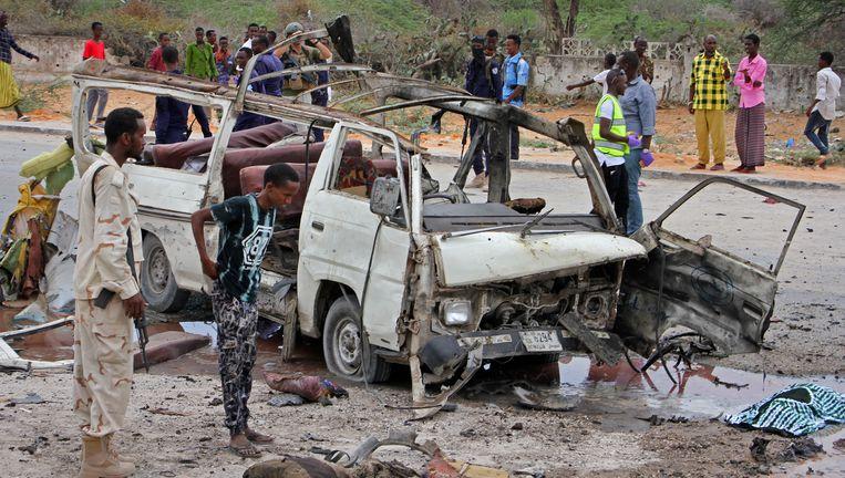Bij de aanslag werd een minibus die als taxi passagiers vervoerde volledig vernield. Beeld AP