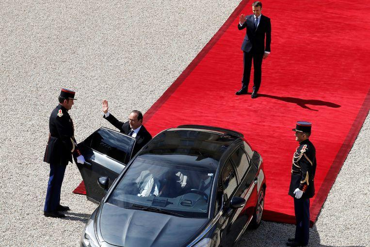 Macron nam omstreeks 11.10 uur afscheid van zijn voorganger Hollande. Beeld EPA