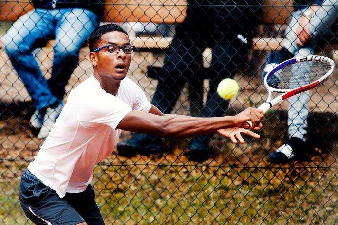 Elgin Khoeblal in actie tijdens het tennistoernooi van Bilthoven dat hij vorig jaar won.
