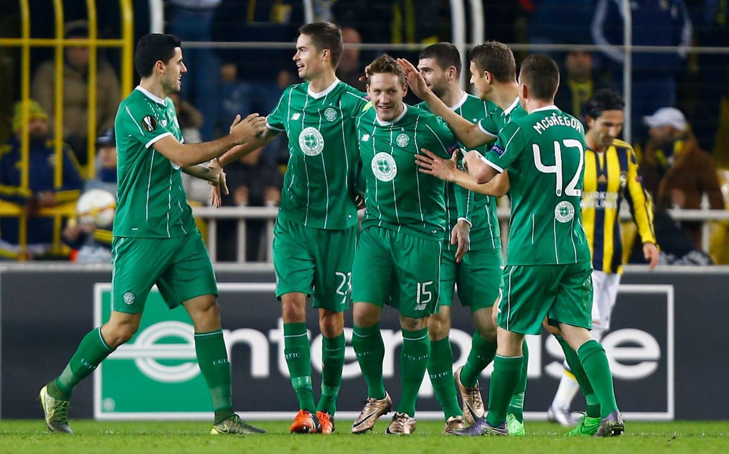 Commons wordt gefeliciteerd na zijn doelpunt in desbetreffende wedstrijd tegen Fenerbahçe.