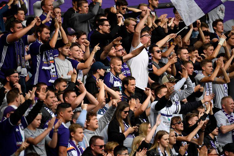 Supporters van Anderlecht kregen al te horen dat ze hun abonnement gratis kunnen verlengen. Beeld Photo News