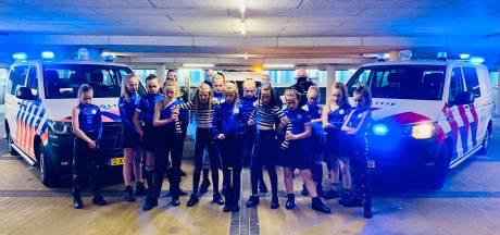 Videoclip met politieagenten regelrechte hit; dansclub ronde verder bij landelijke wedstrijd: 'Onwijs leuk'