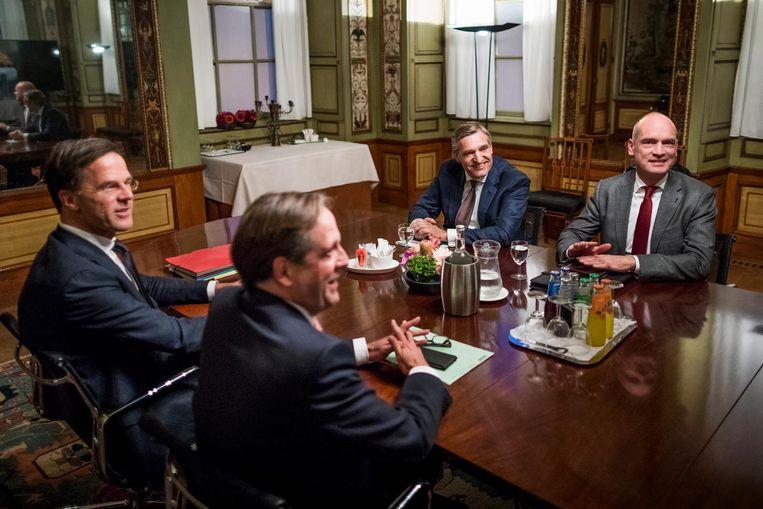 Rutte met onderhandelaars Pechtold, Buma en Segers in de Stadhouderskamer. Beeld Freek van den Bergh