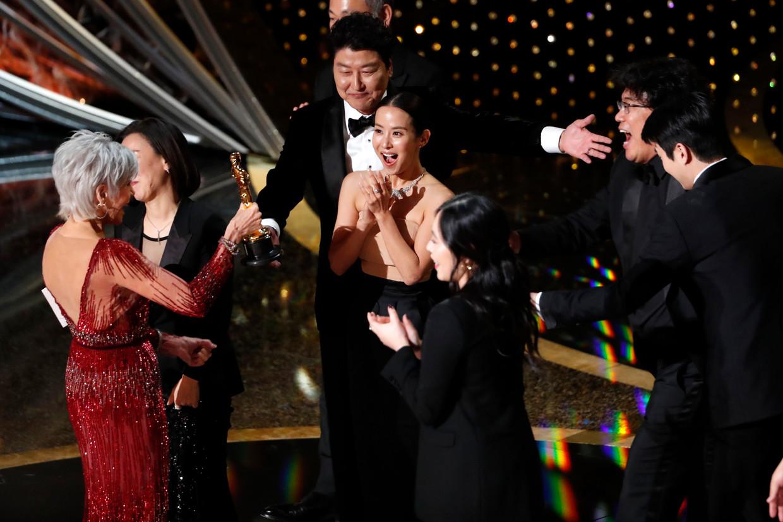 Het team van Parasite juicht bij het behalen van de Oscar voor beste film. In totaal kreeg de film vier Oscars. Beeld Reuters
