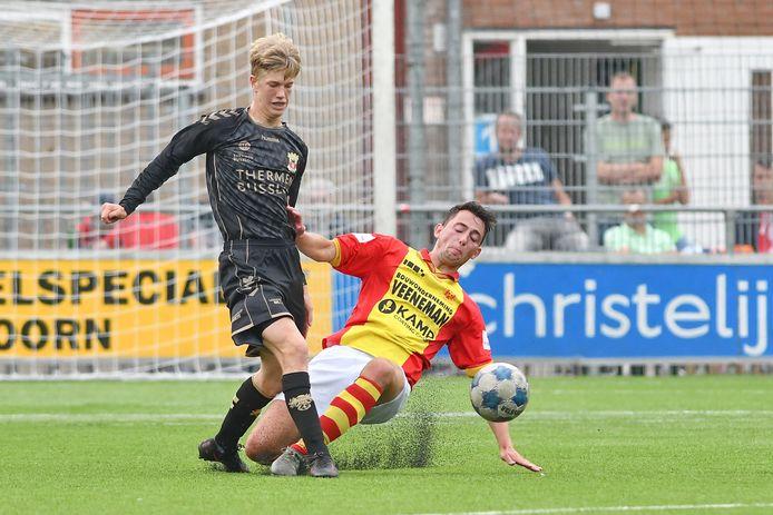 GA Eagles O21-speler Robbin Weijenberg in duel met Apeldoorner Fedde Timmer.