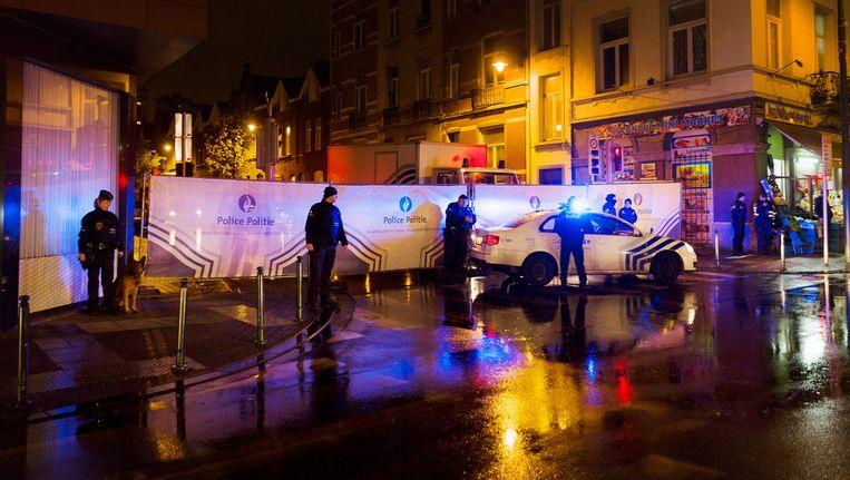 Politiediensten doen een inval in Molenbeek op zaterdag. Beeld BELGA