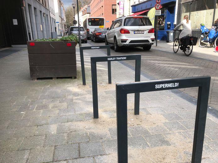 Slogans op de fietsnietjes in de Warandestraat
