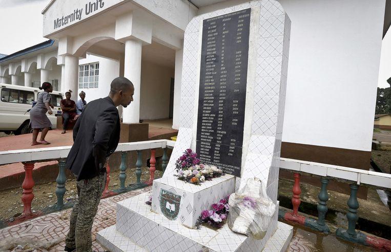 Een monument voor omgekomen medisch personeel bij het ziekenhuis in de stad Kenema in Sierra Leone. Beeld ap