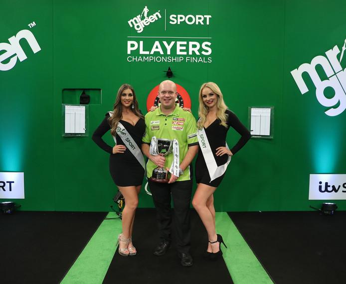 Michael van Gerwen met zijn trofee.