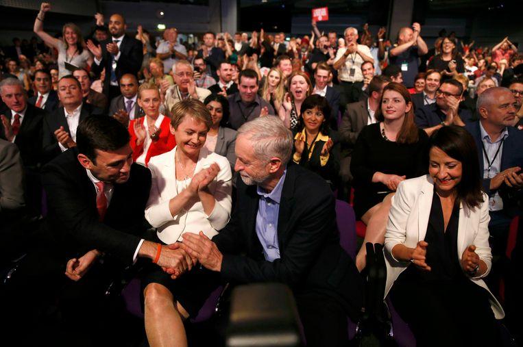 Felicitaties van de andere voorzitterskandidaten Andy Burnham, Yvette Cooper en Liz Kendall aan Jeremy Corbyn Beeld REUTERS
