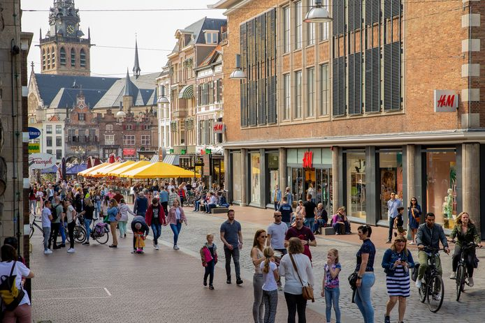 Hemelvaartsdag in Nijmegen. Drukte in de Burchtstraat met op de achtergrond de volle terrassen op de Grote Markt.