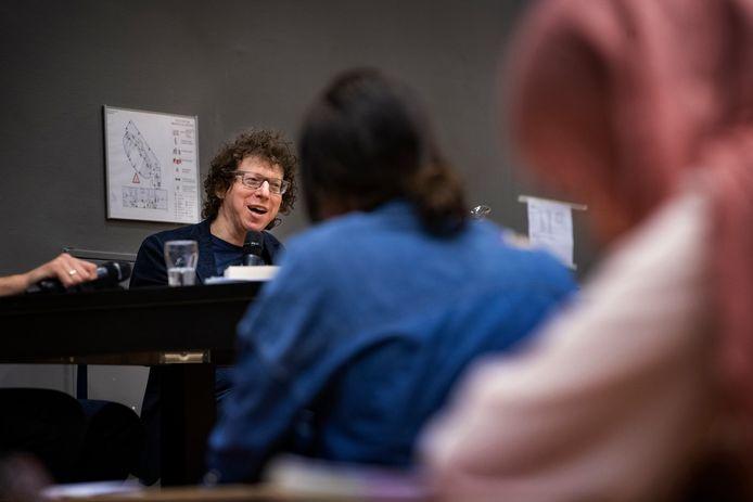 Schrijver Arnon Grunberg beantwoordt vragen van scholieren van het Dr.-Knippenbergcollege.