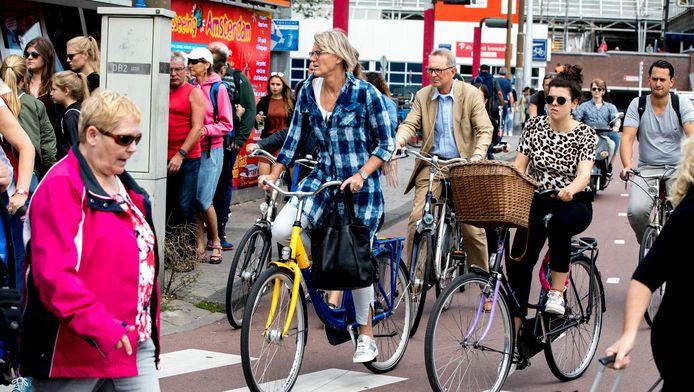Loszittende tegels op Amsterdamse fietspaden leiden tot valpartijen onder fietsers en brom- en snorfietsers.