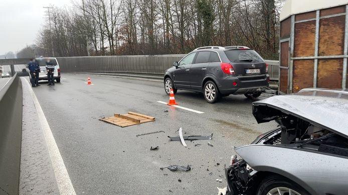 De agenten waren gestopt om een houten pallet van de rijbaan te verwijderen.
